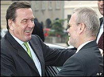 German Chancellor Gerhard Schroeder (l) greets Croatian Prime Minister Ivica Racan in Zagreb
