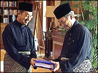 Mahathir Mohamad hands over the prime minister's personal files to his successor, Abdullah Badawi