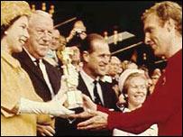La reina Isabel II le entrega la copa mundial de fútbol al capitán del seleccionado inglés, Bobby Moore