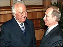 Ex-Georgian President Eduard Shevardnadze (left) and Russian President Vladimir Putin