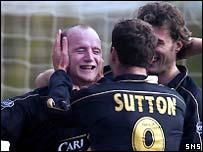 John Hartson celebrates his goal