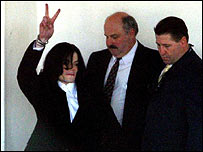 Michael Jackson gives the victory sign as he leaves Santa Barbara sheriff's headquarters