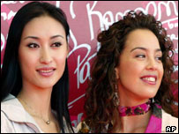 Miss China (Guan Qi) and the former Miss World (Azra Akin of Turkey)