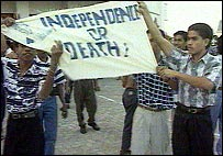 East Timorese protestors hold a banner proclaiming 'Independence or Death!'