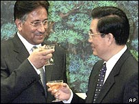 Pervez Musharraf (left) and Hu Jintao