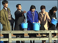 Five former Japanese abductees feed ducks, December 2002