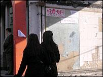 Mujeres en las afueras de una cl�nica sexual en Xinjiang
