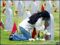 Una madre visita la tumba de su hijo soldado en Colombia