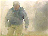 El periodista John Simpson con un chaleco antibalas