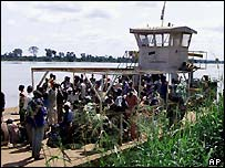 A ferry destined for the Democratic Republic of Congo leaves Bangui in the Central African Republic on 10 November