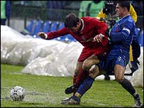Liverpool's Harry Kewell (L) fights for the ball with Mirel Radoi Steaua Bucharest