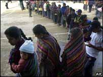 Cola en colegio electoral de Ciudad de Guatemala