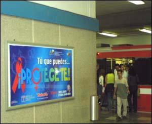 Espectaculares (carteles) instalados en los andenes del Sistema Tren Eléctrico Urbano de Guadalajara. Foto de Maricela Sánchez.