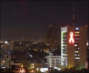 UN lazo de 12 metros de alto colocado en el Edificio Administrativo y Cultural de la Universidad de Guadalajara. El edificio fue seleccionado por su visibilidad en el oriente de la zona metropolitana