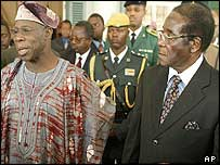 Presidents Olusegun Obasanjo (l) of Nigeria and Robert Mugabe (r) of Zimbabwe