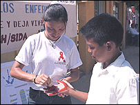Voluntaria de la Cruz Roja junto con un niño