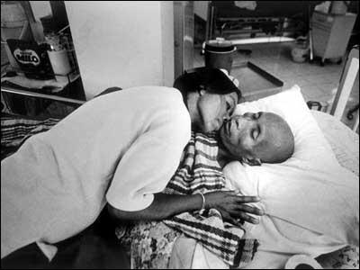 Lumpai Sirattanan  y su marido. Tailandia (Foto: Positive Lives)