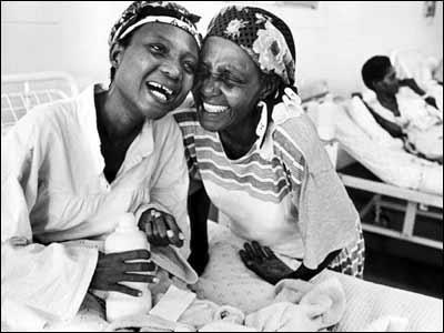 Samkelisiwe y su madre, en Natal, Sudáfrica. (Foto: Positive Lives)