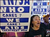 متظاهرون من أجل بذل كل ما يمكن لوقف انتشار المرض