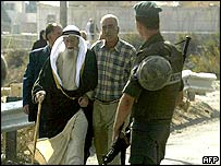 Palestinians pass Israeli border policeman