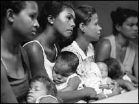 Mujeres con sus hijos en un hospital en Brasil (foto: UNICEF)
