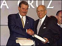 Los presidentes Vicente Fox y Jorge Batlle tras la firma del tratado de libre comercio