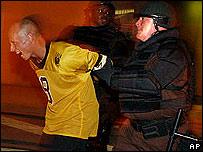 Un policía de Miami practica métodos de control de manifestaciones.