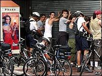 Efectivos de la policía revisan a manifestantes contra el ALCA.
