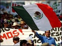 Mexicano y bandera mexicana