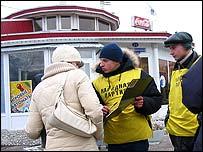 Gente en la calle en Omsk, Rusia