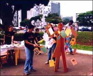 En Brasilia se celebr� el D�a de la Lucha contra el SIDA con un memorial, en el que los participantes dejaron sus mensajes y muestras de solidaridad, como lo refleja esta foto de Mar�a Josenilda Gon�a