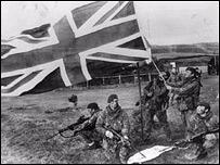 Tropas brit�nicas ondean la bandera del Reino Unido durante la guerra de las Falklands o Malvinas.