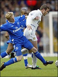 Leeds striker Mark Viduka (right) eludes Chelsea's Damien Duff (left)