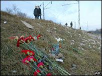Claveles rojos en el lugar del atentado al tren en Rusia