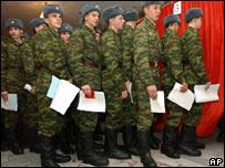 Soldados rusos votando en las elecciones parlamentarios