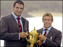 Martin Johnson and Jonny Wilkinson celebrate with the trophy