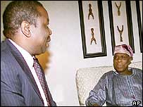 MDC leader Morgan Tsvangirai (l) with Nigeria's President Olusegun Obasanjo (r)