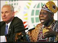 Nigerian President Olusegun Obasanjo (r) and Commonwealth Secretary-General Don McKinnon