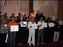 Varios portadores del VIH hicieron sentir su voz, en varios idiomas.