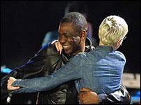 Youssou N'Dour y Annie Lennox.