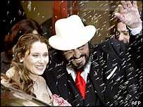 Luciano Pavarotti and new wife Nicoletta Mantovani under a shower of confetti