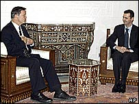 Syrian President Bashar Assad (r) speaks with US Congressman Christopher Cox