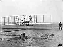 El primer aeroplano Wright en su vuelo inicial.