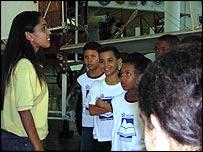 Niños y su maestra en el museo militar de Río de Janeiro donde se conserva el corazón de Santos Dumont.