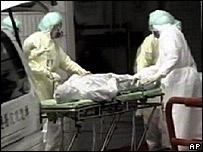 Miembros de un hospital ingresan a un hombre afectado por el SRAS