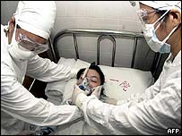 Chinese hospital staff carry out Sars exercise