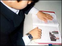 Ученик читает рассказ о Гейдаре Алиеве в учебнике