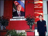 Ученик стоит в почетном карауле у портрета Гейдара Алиева