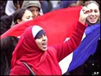 مسلمات متظاهرات في فرنسا