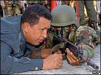 Президент Венесуэлы Уго Чавес и солдат